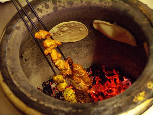Tandoor con espetas y pitas