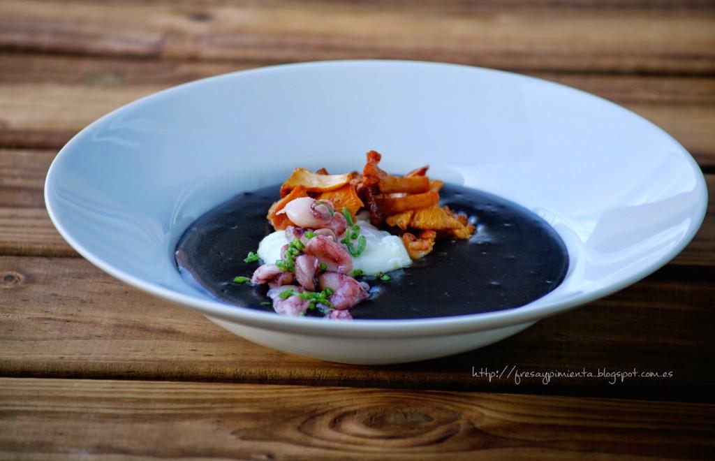 Parmentier de ajo negro y tinta de calamar con chipirones, setas y huevo poche Photo propiedad de Fresa y Pimienta