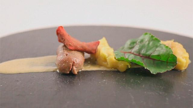 Riñones con compota de cebolla y crujiente de remolacha - Equipo Naranja Foto propiedad de Telemadrid