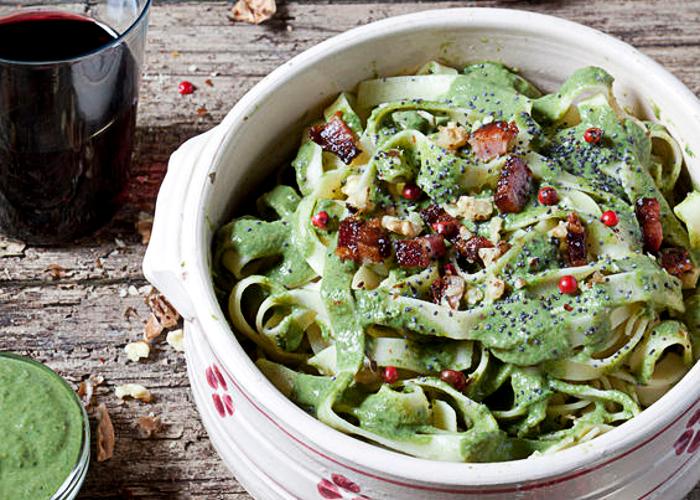 Fetuccini verdes con pesto de almendras