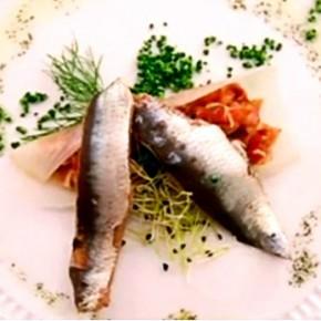 Oreja teriyaki sobre barca de puerro con sardina salazón Equipo Naranja Foto propiedad de Telemadrid