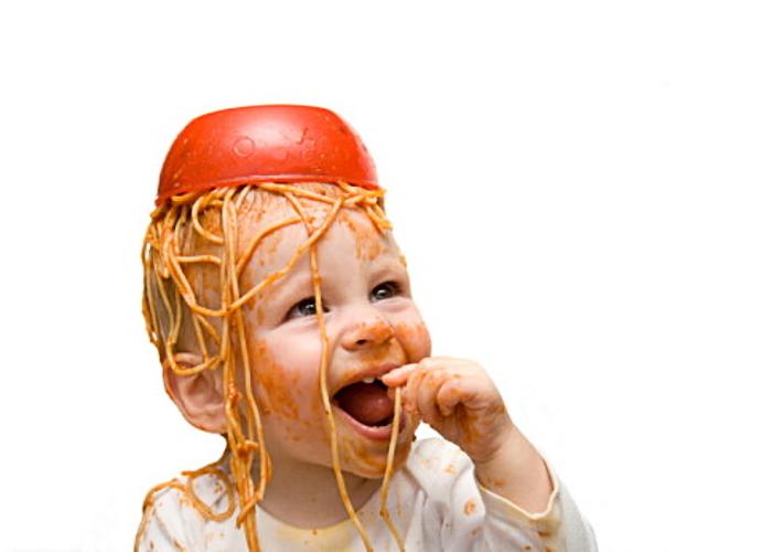 bebe_espaguetis_cabeza_700x500