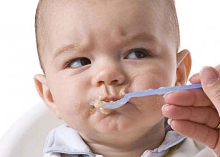 Los niños comen en casa