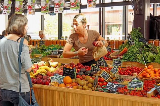 Comprando en una frutería francesa