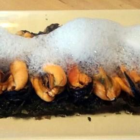 Ensalada de algas con mejillones y espuma de mar