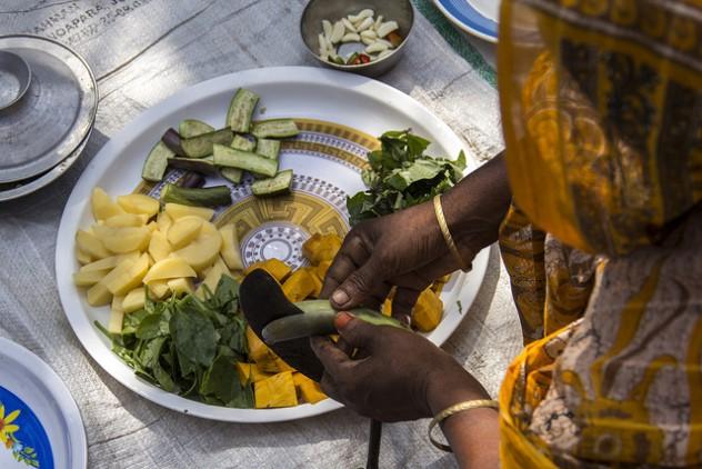 Mujer preparando verduras